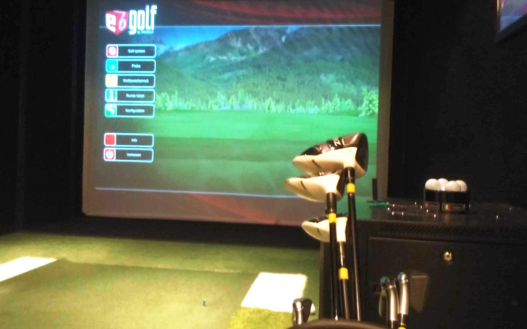 船内でのシミュレーションゴルフ