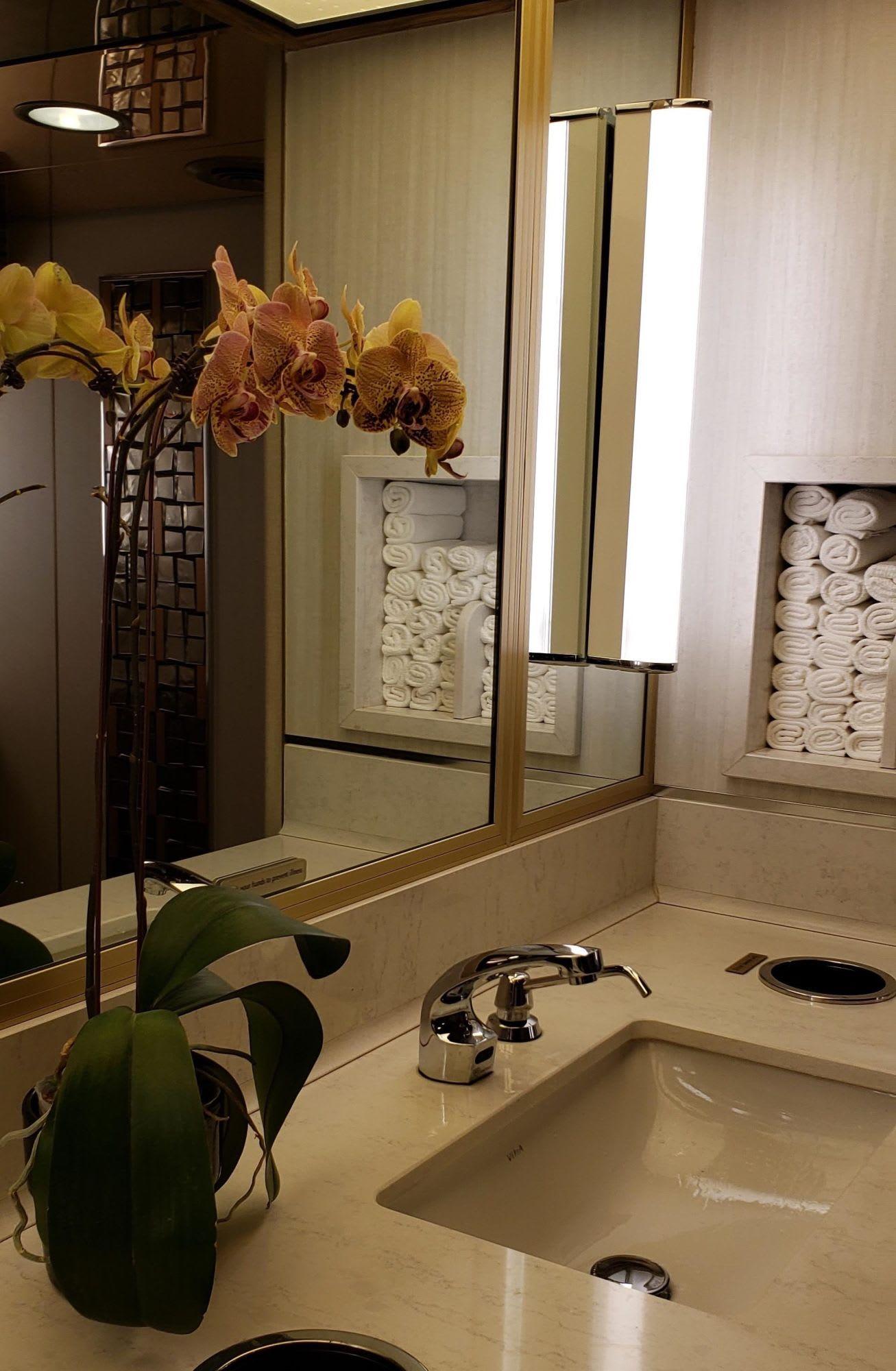 化粧室はタオルがきちっと。必ず花があります