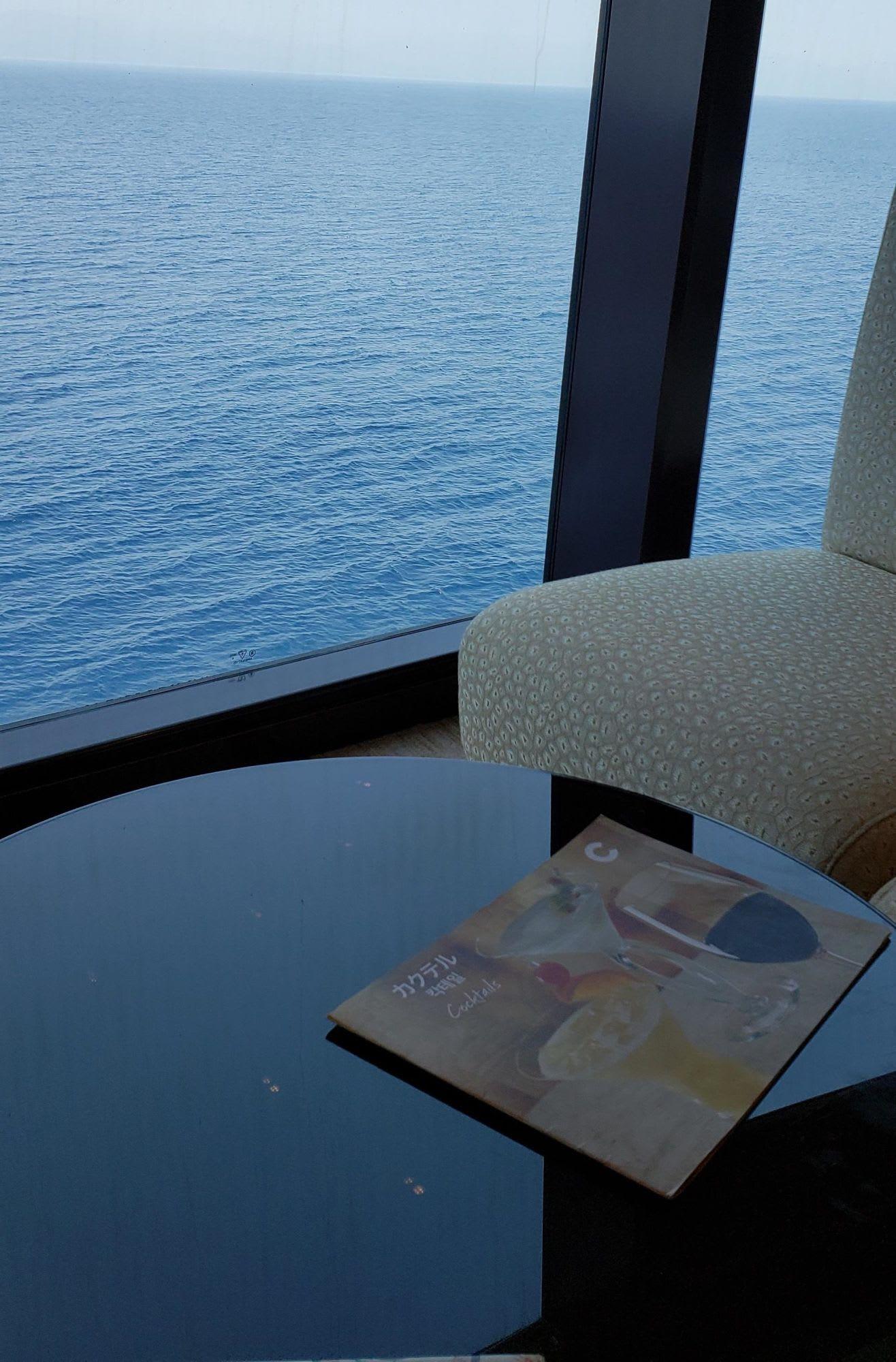 ピアッツァの一番外側は窓のある隠れ家っぽいコーナー海を見ながらの読書とかには最適