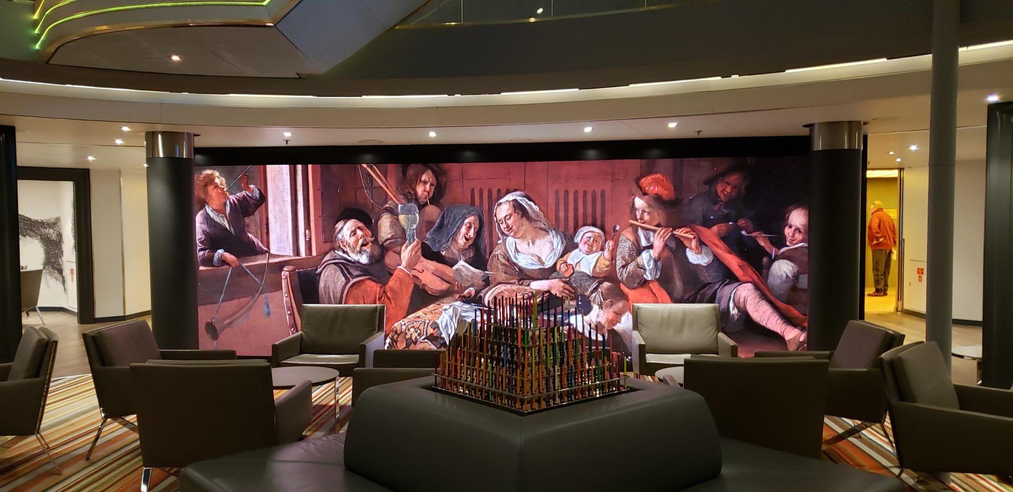 壁全体のモニターに名画が移りアップになったり。デコレーションは塗り絵用の色鉛筆のピラミッド