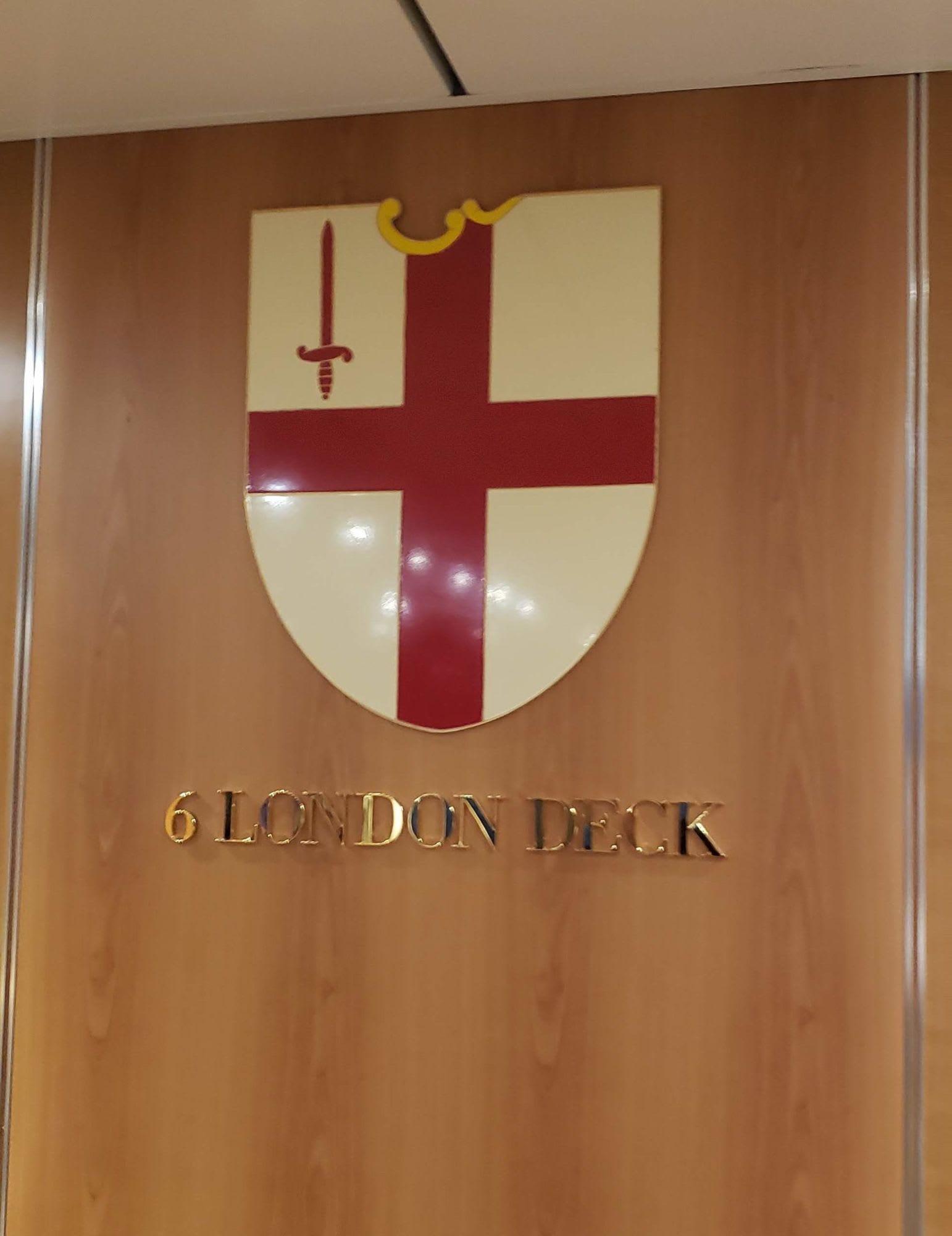 エレベーターホール各階に違った街の紋章が飾られています