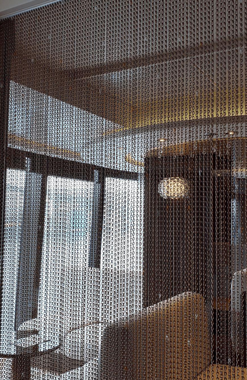 こちらの鎖のカーテンの奥がコジーな空間。居心地も景色もよいコーナー。