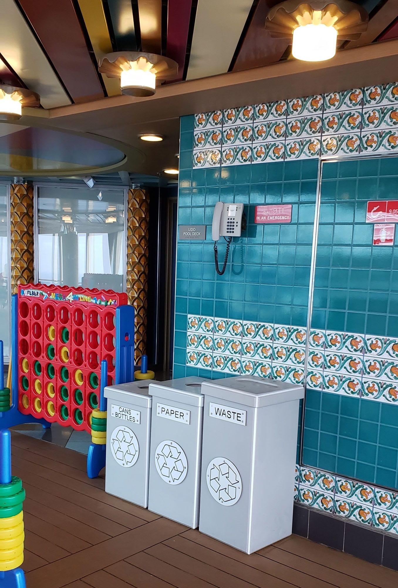 リサイクルが奨励されているのでしっかり分けられたごみ箱