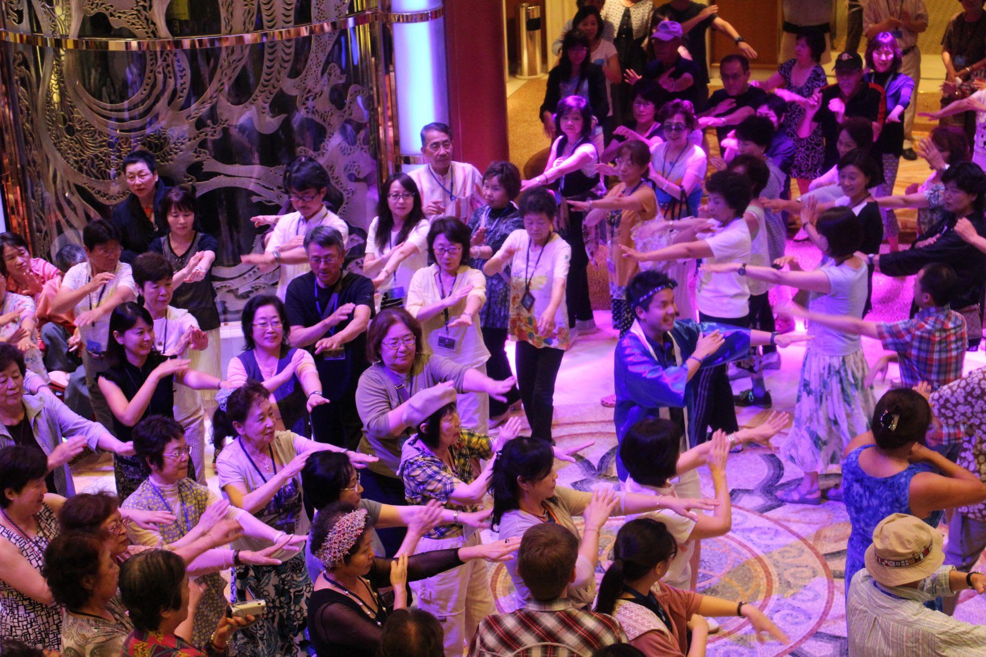 ダイヤモンド・プリンセスで催された『世界の祭り』。まさに踊りを通じた国際交流