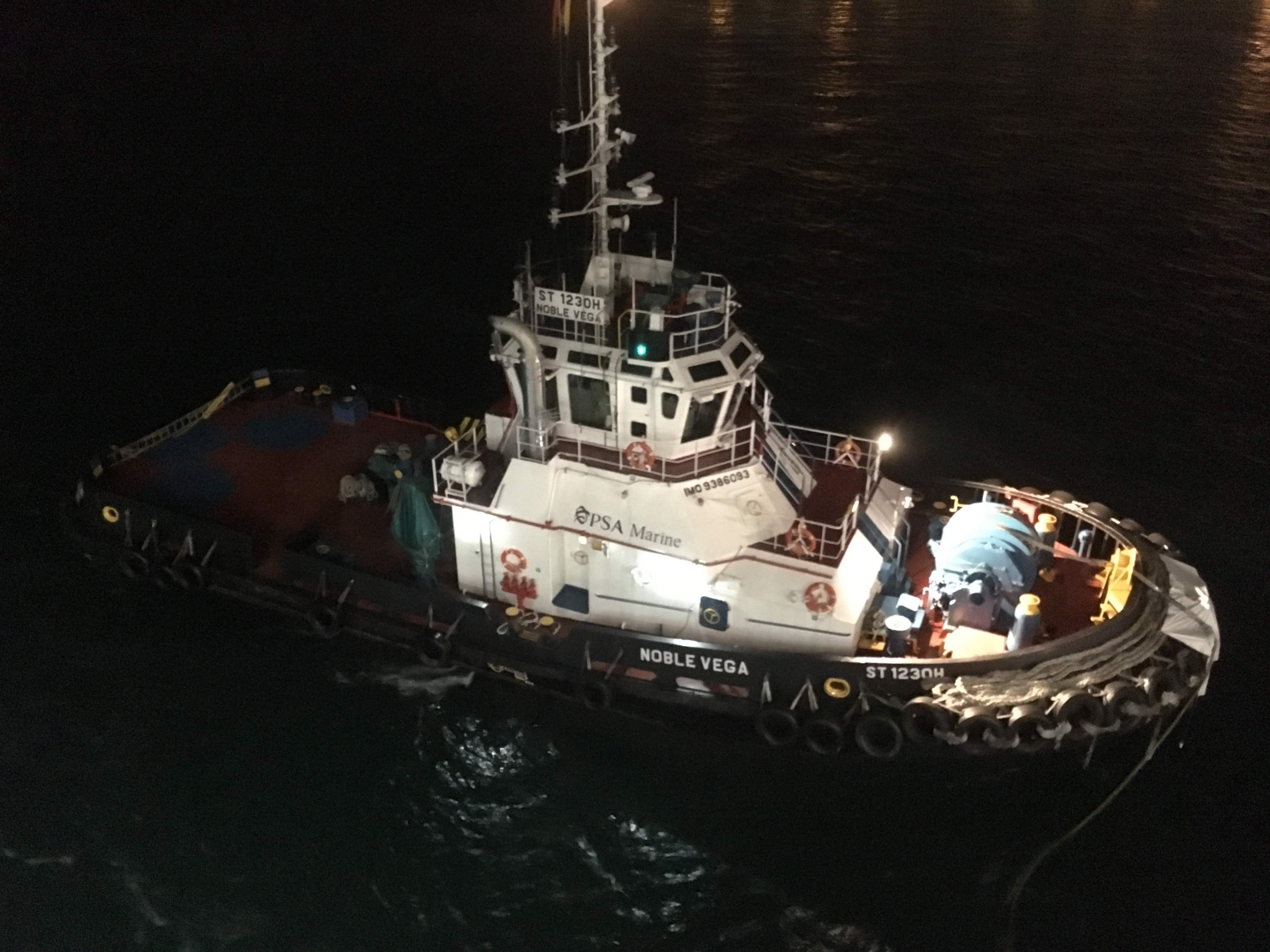 夜明け前 船尾についたタグボート