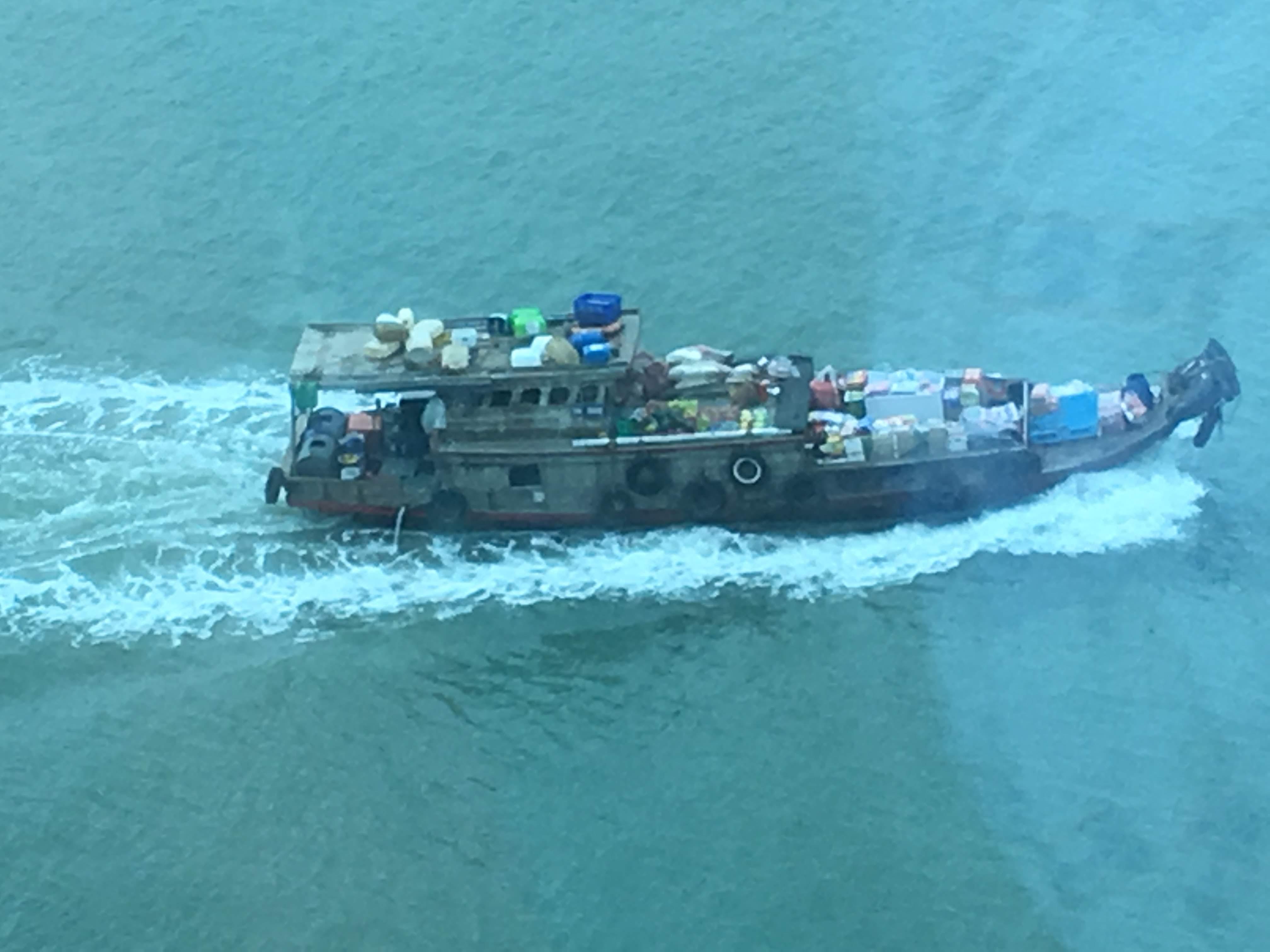 Phu Myの港から見た日常品を運搬する船