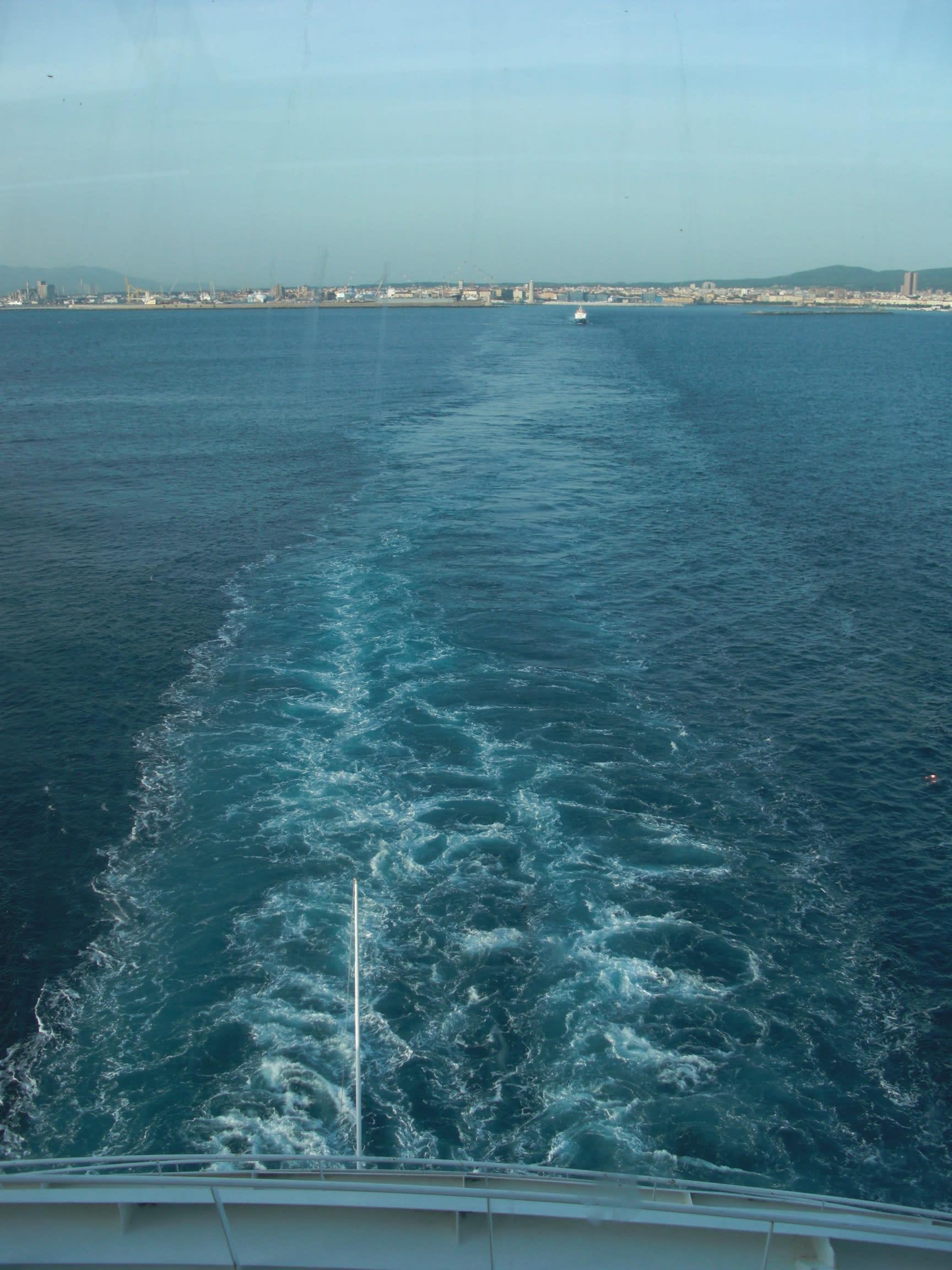 航跡をひたすら眺めるのも船旅ならでは。