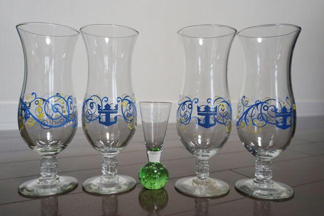 ロイヤルカリビアンのバーで提供されているスーベニアグラスです。ショットタイプのものは色違いの品を集めている最中です。