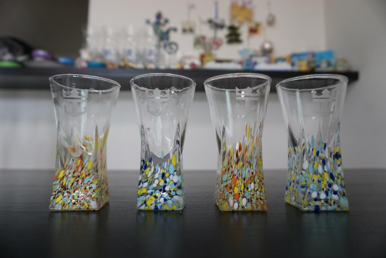 モデルニスモ建築を思わせるカラフルなグラス。こちらもバーのスーベニアグラスです。