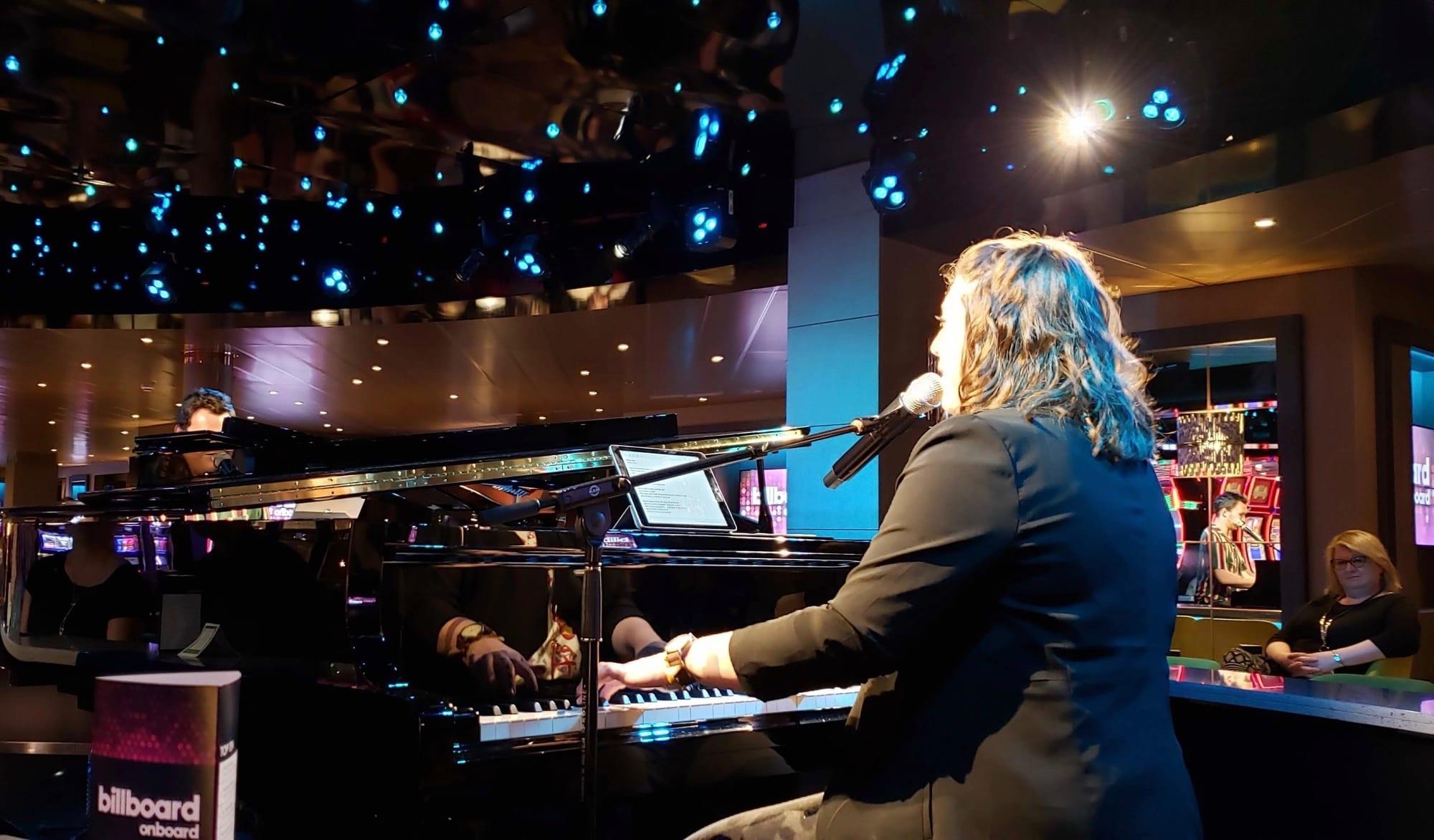 グランドピアノを2台使った圧巻の弾き語りショー