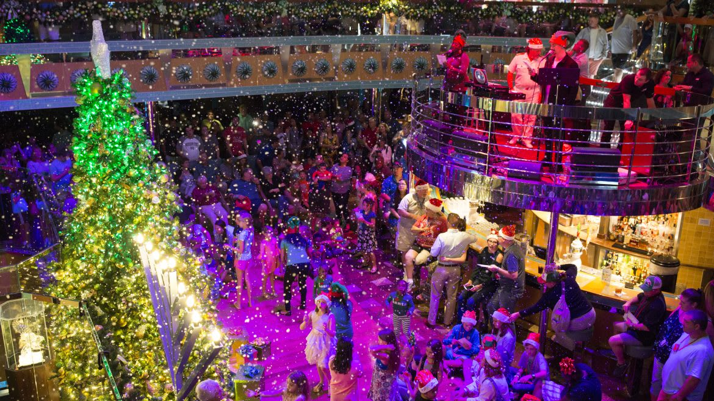 カーニバル・クルーズ、クリスマス仕様の船内を公開