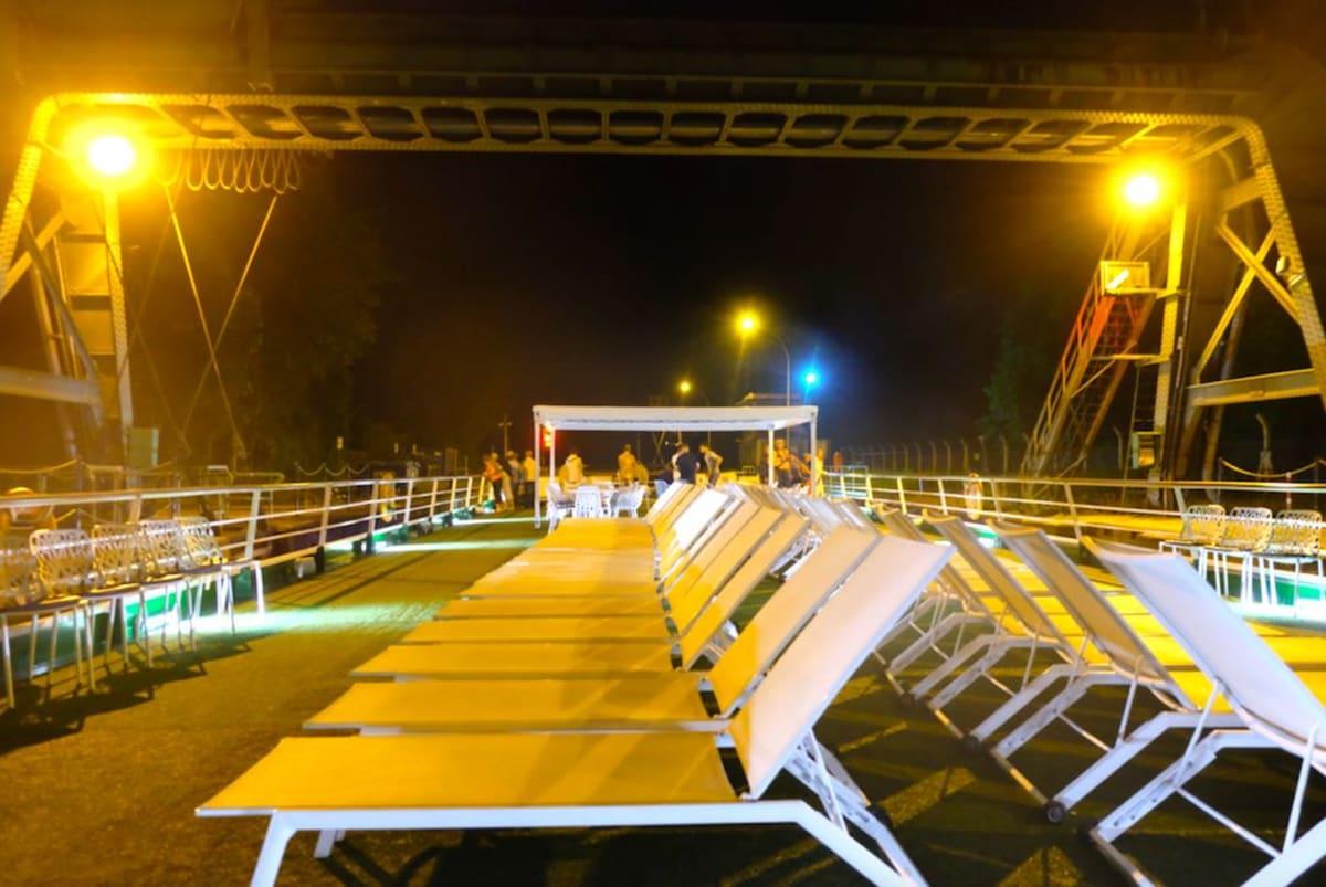 夜のデッキには水門を越える様子を見学するお客様も。