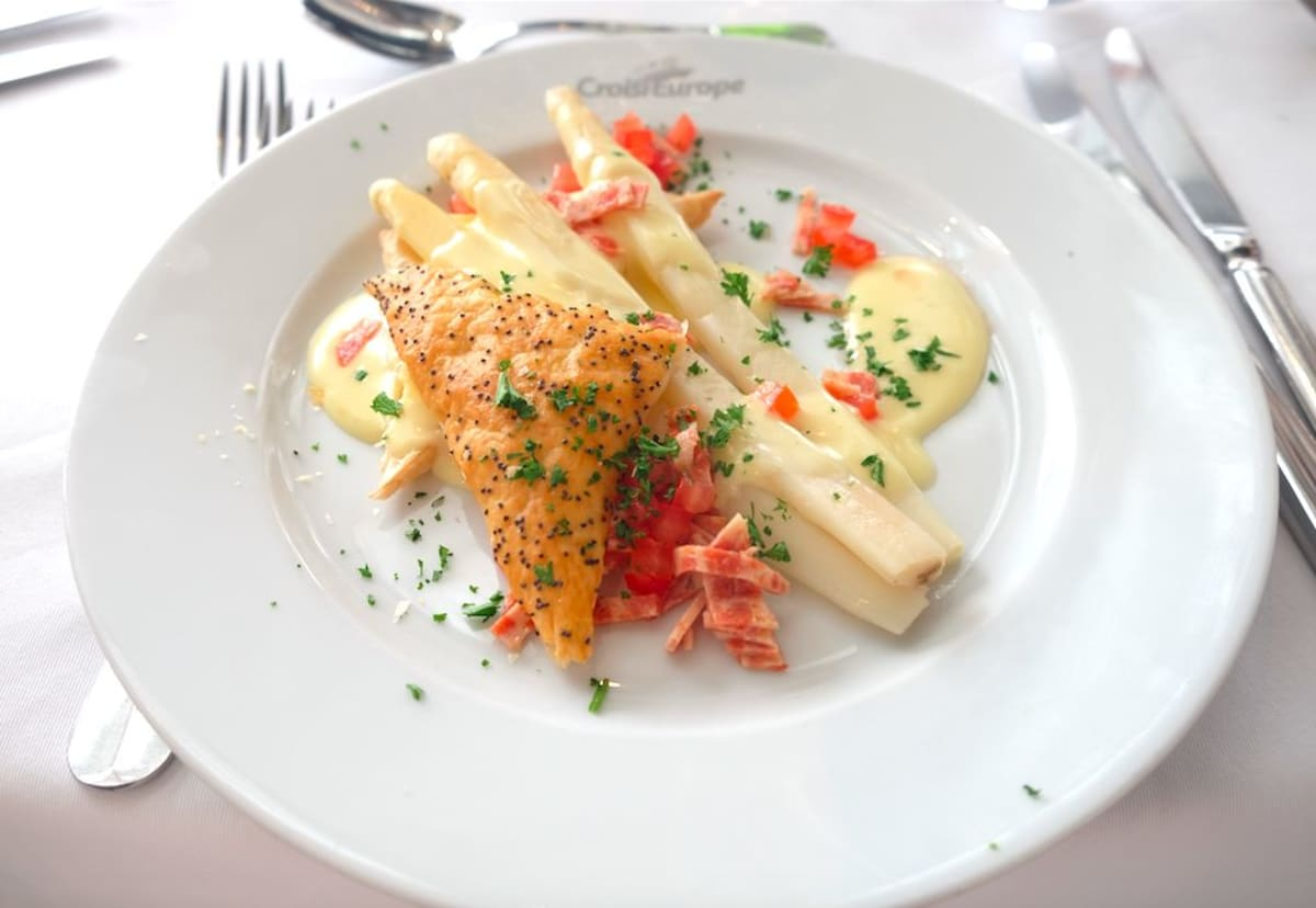 Asparagus in pastry,Hollandaise sauce and vegetables(白アスパラのオランデーズソース)