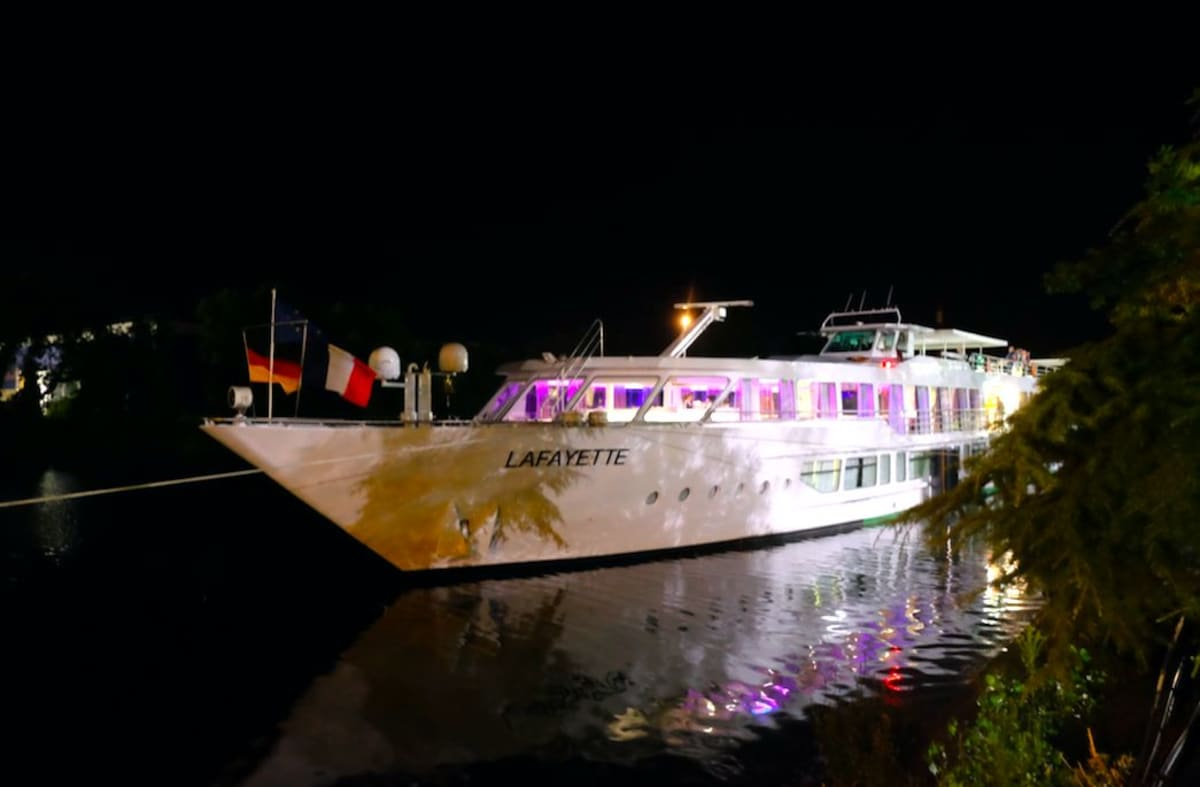 23:15に港に戻りました。誰もボートで寝ることなく、夜のストラスブールの景色をみなさん楽しんでいました。元気!