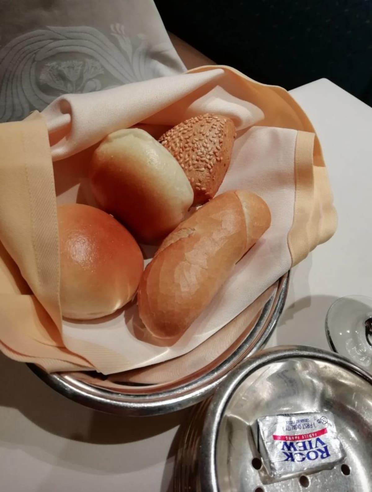 ディナー時に共されるパン by [mr. benuet](https://cruisemans.com/@benuet/2573)