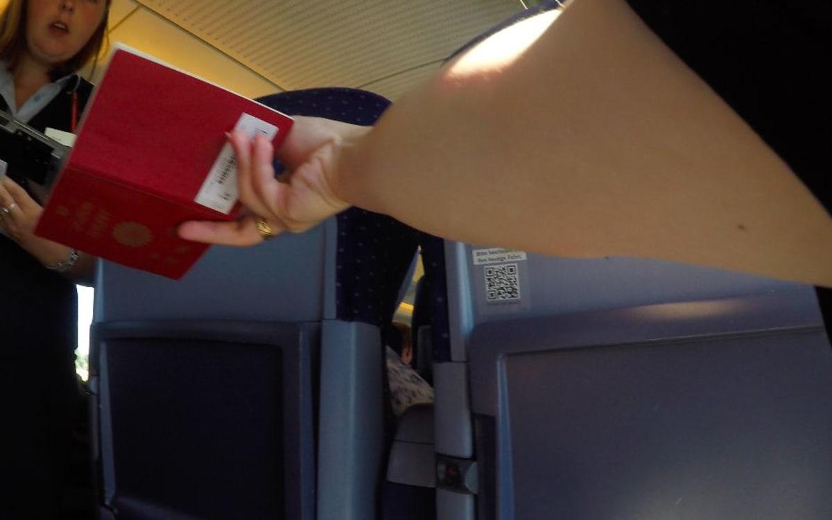 パスポートを車掌さんに見せるだけで乗車チェック完了です