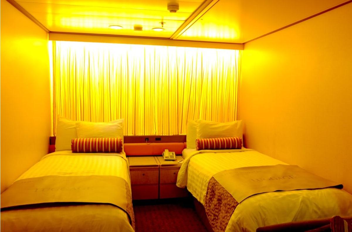 ベッドのヘッド側にはカーテンが引かれ、奥行きを広く演出しています。ライトも暖かな間接照明が多くてリラックス。