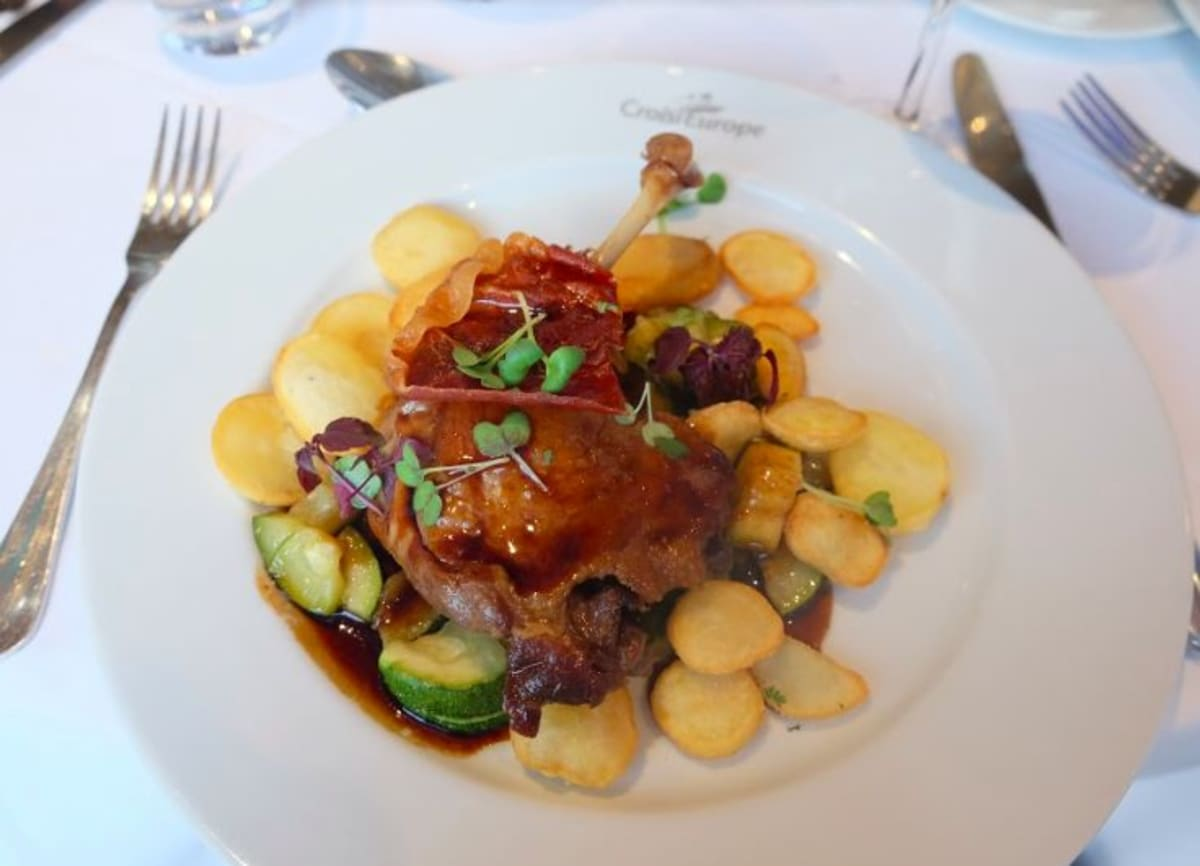 Duck confit Its pan potatoes and fresh zachinnis (鴨のコンフィ)