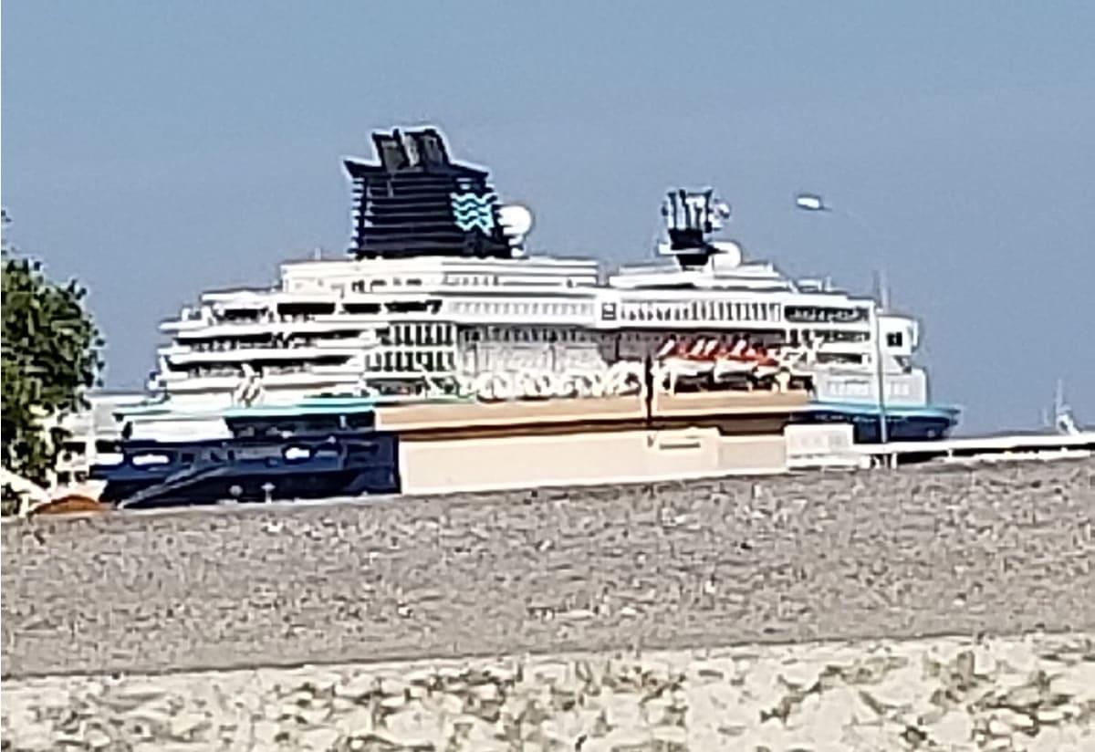 キャッスルの外で見えた船は、歩いて行けるところにありそうでした