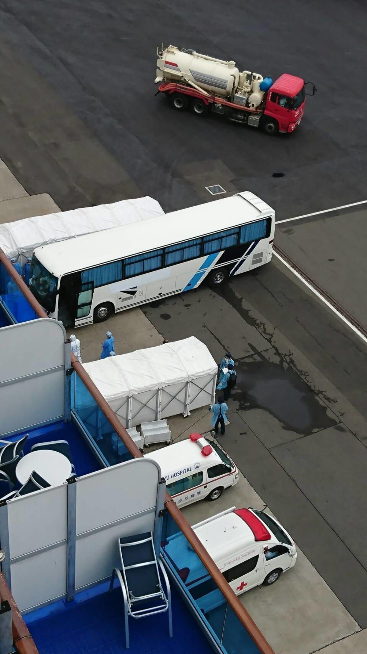 カーテンが締め切られているバス