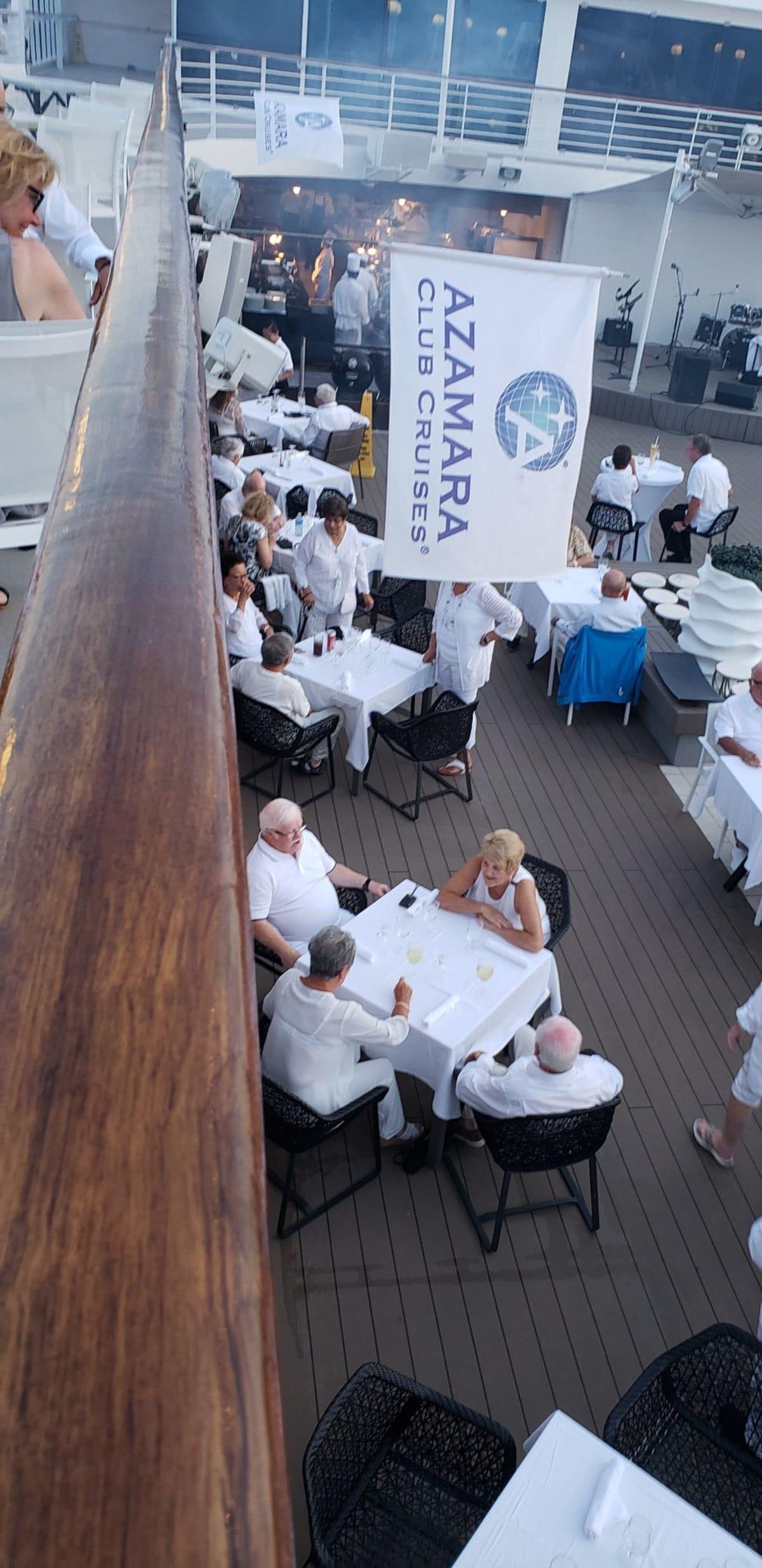 テーブルもゲストも全てがホワイト