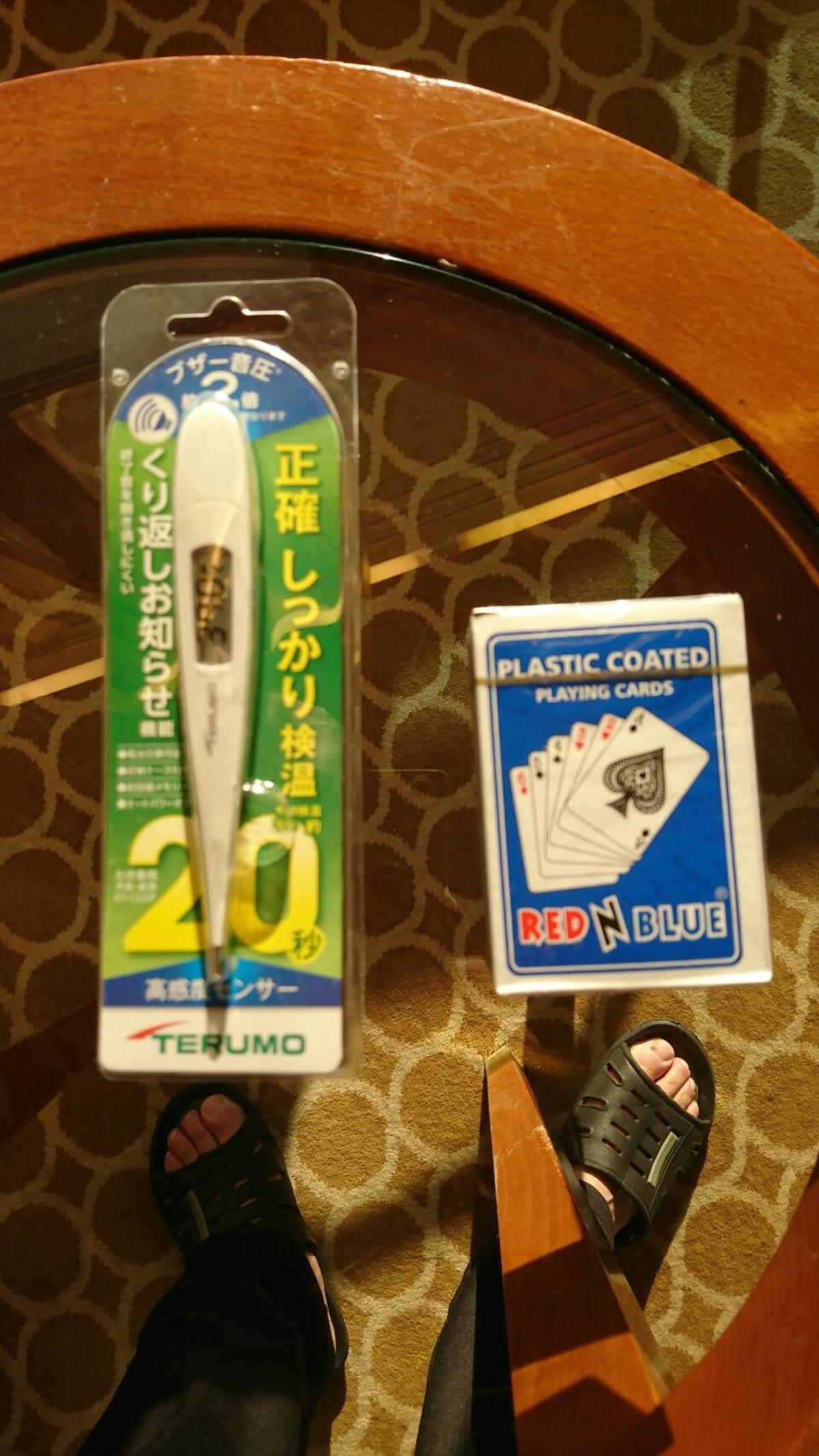 配布された体温計とトランプ