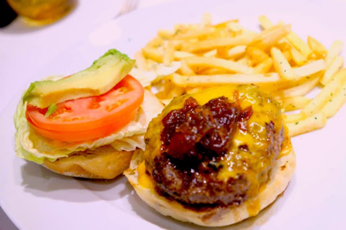 HALピナクルグリル(有料)のバーガー「Pinnacle Grill Burger」。炒めた玉ねぎが日本人好みの少し甘めの味付けですごく美味しいです