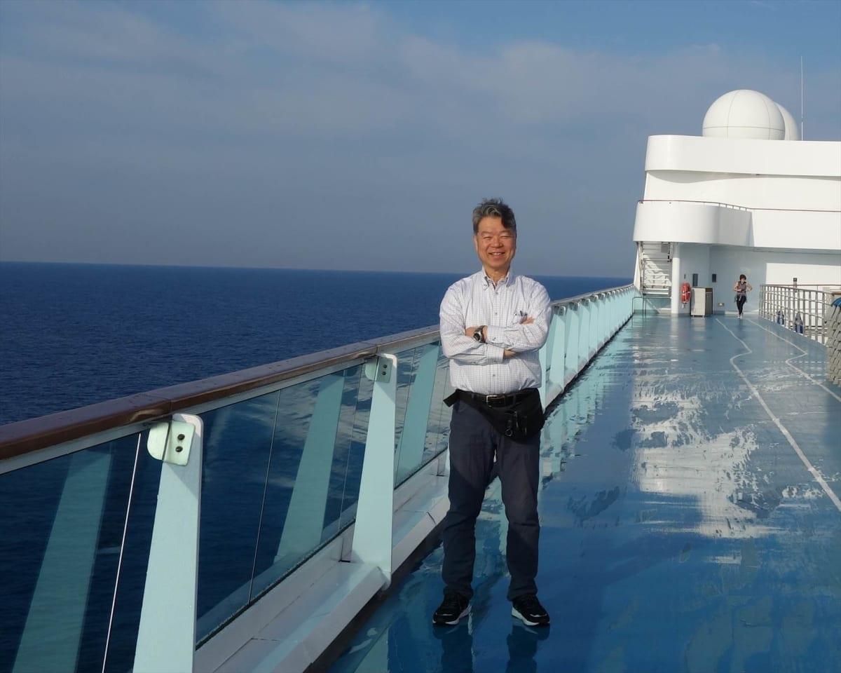 5月12日、乗船2日目の朝、最上階のデッキで散歩をした筆者。 | 客船コスタ・ネオロマンチカの乗客、船内施設