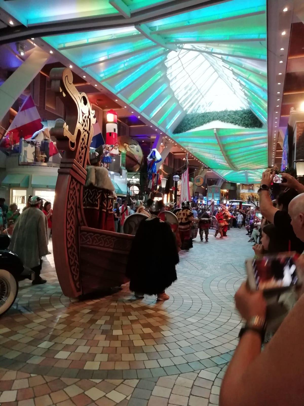ドリームワークスのパレードに代わる新しいパレードです。 | 客船オアシス・オブ・ザ・シーズの船内施設