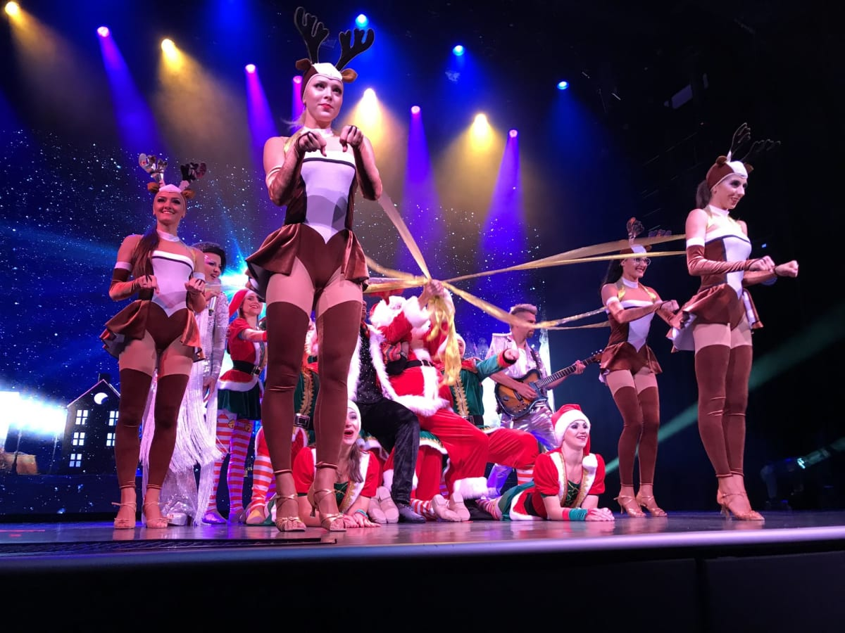 シアターでは去年と同じ演目だと思っていたら、 新しいクリスマススペシャルショーが上演されていてとても楽しめました 上演後、子供を対象に出演者とツーショットの撮影サービスがあり、 行列ができていました  2泊3日の週末クルーズではシアターでのショーは2日目だけの上演です 7時と9時の2回だったと思います 上演時間は1時間です  一般席は予約が必要なのかもしれませんが、スイート客室はプレミアム席 (今回は1列目〜3列目)が確保されているので、直接行って入場出来ます (一般席の入り口は7階にありますが、6階のチャイニーズレストラン  シルクロードの受付でルームカードを見せ「シアター」というと ステージ前のドアまで案内してくれます)  1回目の上演は1列目中央席に座れたので、 出演者との掛け合いもあって盛り上がり、 初クルーズの同行者の女の子は涙ぐむほど感激して 2回目も一人で観に行っていました  彼女のようにショーが気に入ったら2回観ることも可能なので、 早い上演時間をオススメします