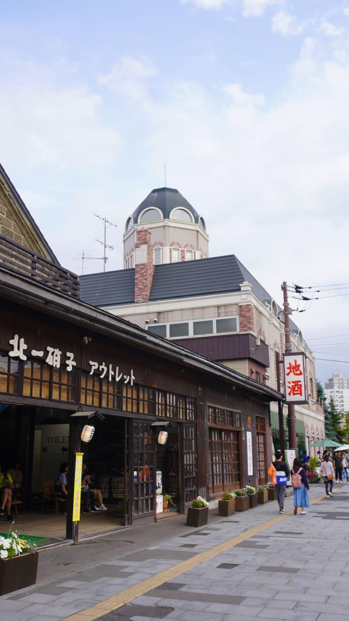 奥に見えるのが小樽で洋菓子のお店として有名なルタオ本店です。   小樽