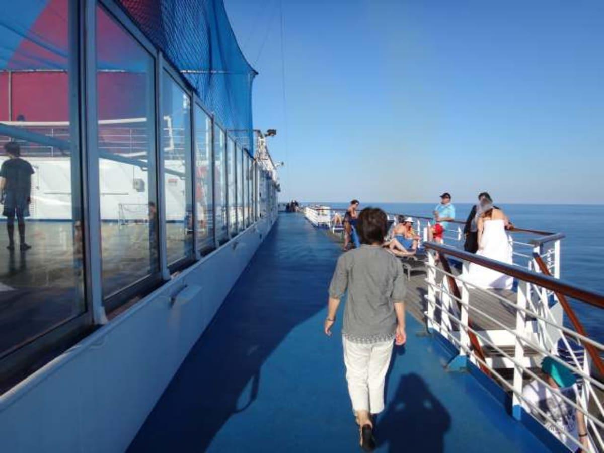 ウォーキングコースを一周するとけっこうな距離になります。 | 客船カーニバル・コンクエストの船内施設