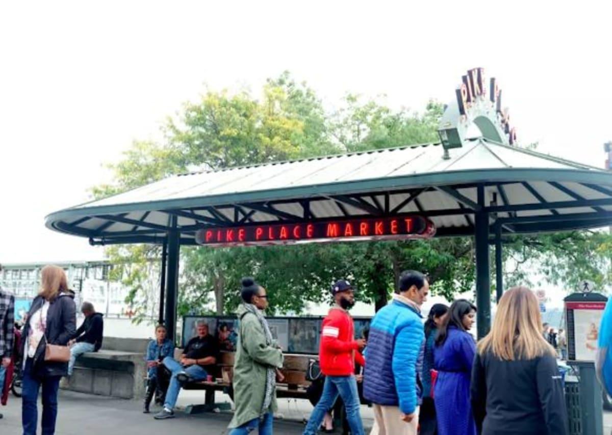 やっぱりシアトル観光は「PIKE PLACE MARKET」(パイク・プレイス・マーケット)に行かなくては!ここがマーケットの起源だと言われています。 | シアトル(ワシントン州)