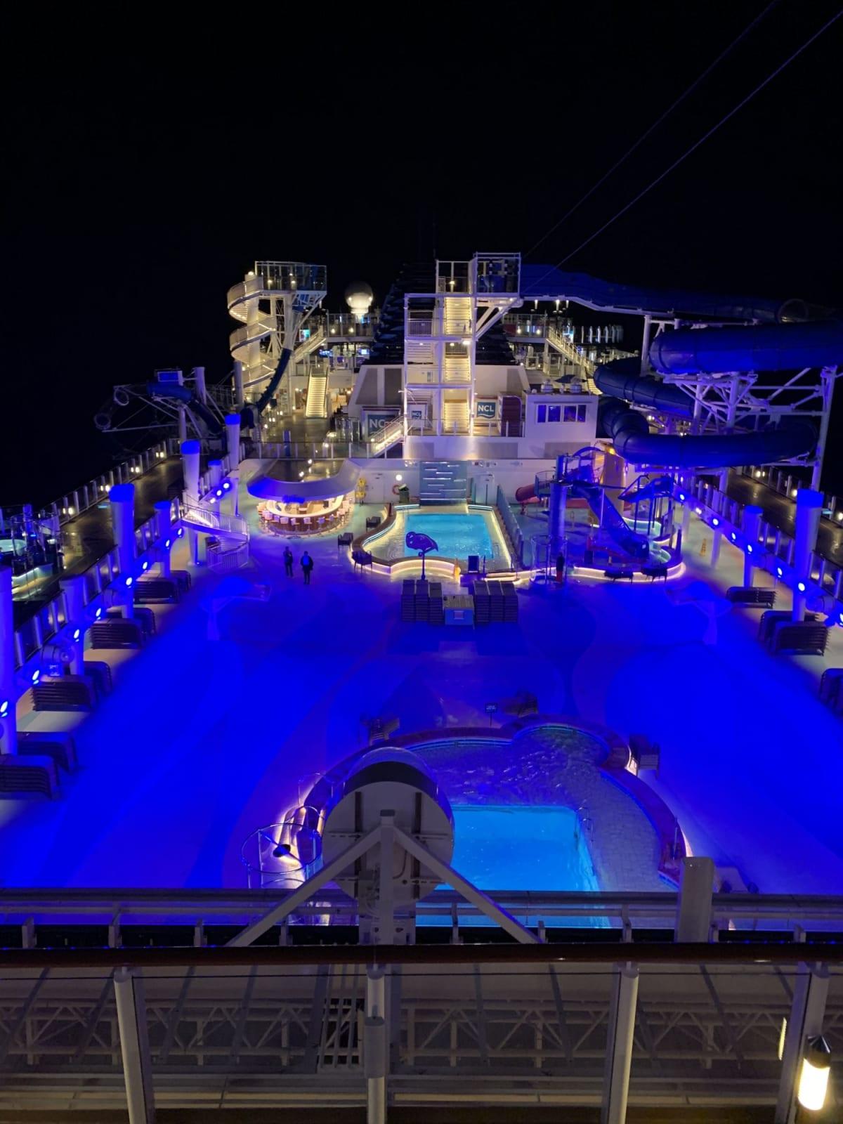 ナイトプールはロマンチックです♡ | 客船ノルウェージャン・ブリスの船内施設