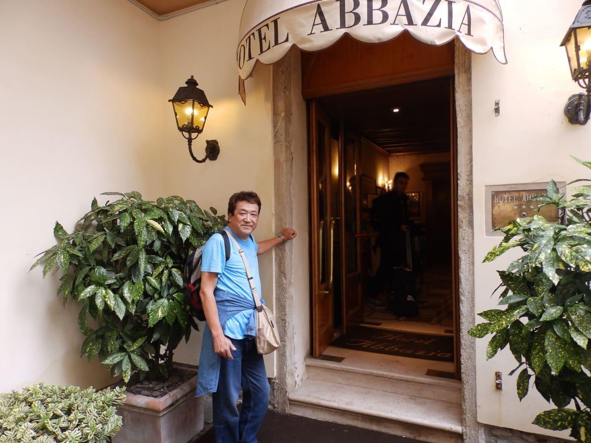 エールフランス、パリトランジットでベニスへ✈️  前泊のホテルアパッツィアはエアポートバスが着くローマ広場から徒歩10分🤗 元修道院の趣きのあるホテル😃 エレベーターが無いのが😭 出航の朝、4Fの自室からコスタの黄色のファネルが見え、テンションが上がりました😤