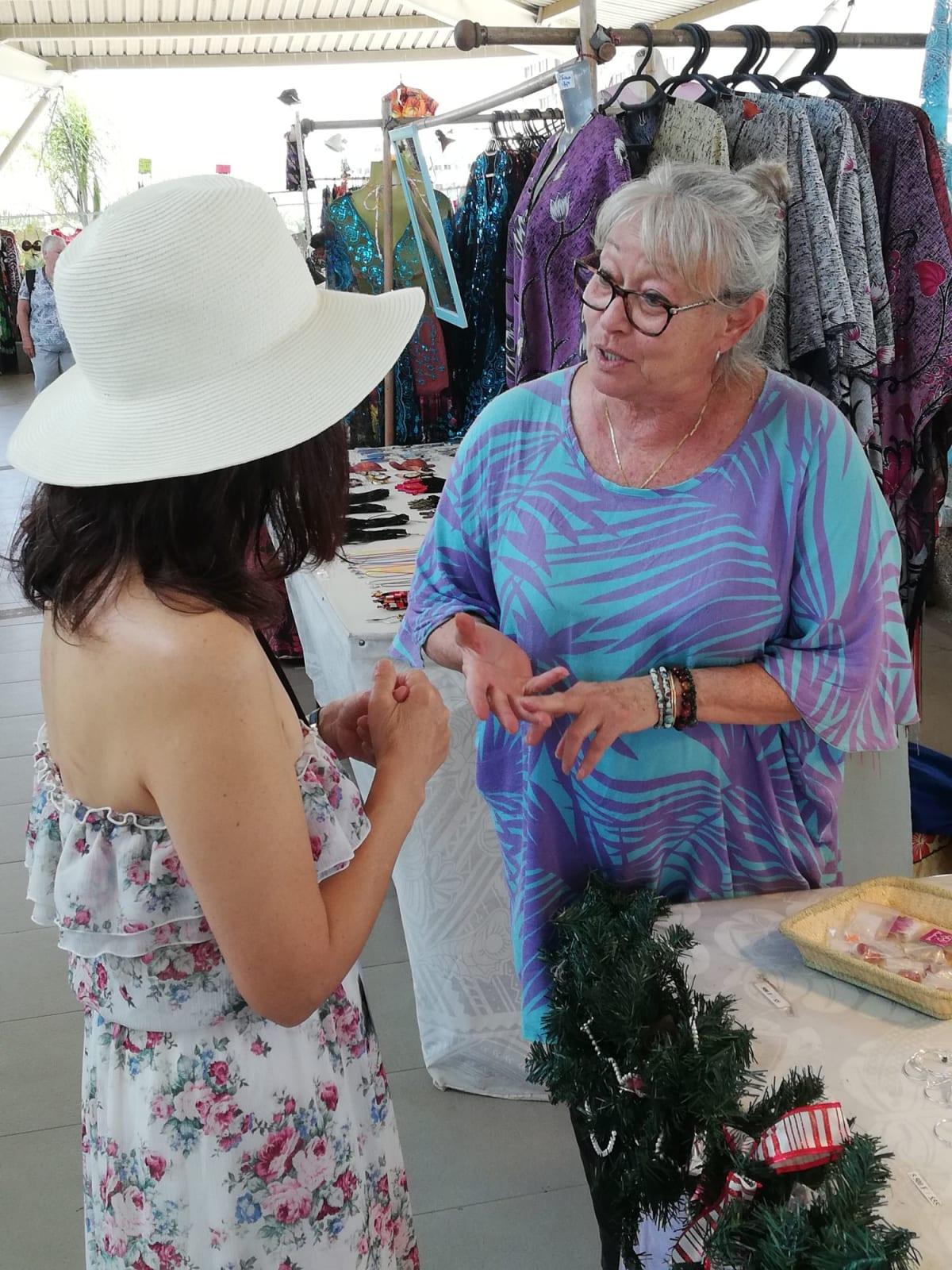ヌメア、ニューカレドニア 港の真珠店にてネックレスを購入。フランス領だが、オーナーはきれいな英語を喋った。