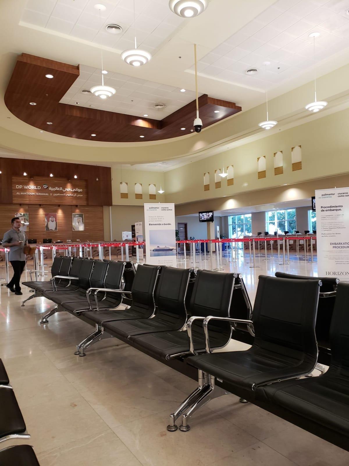 ターミナル内ではまだチェックインは始まっておらず、少し待ちました。 | ドバイでのプルマントゥール