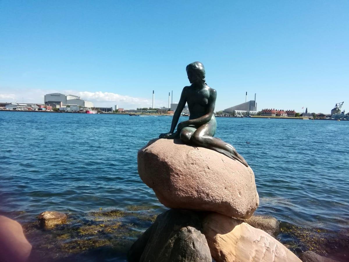 人魚の像 すごい人で、やっとのことで人の入らない写真を撮ることができました。 | コペンハーゲン