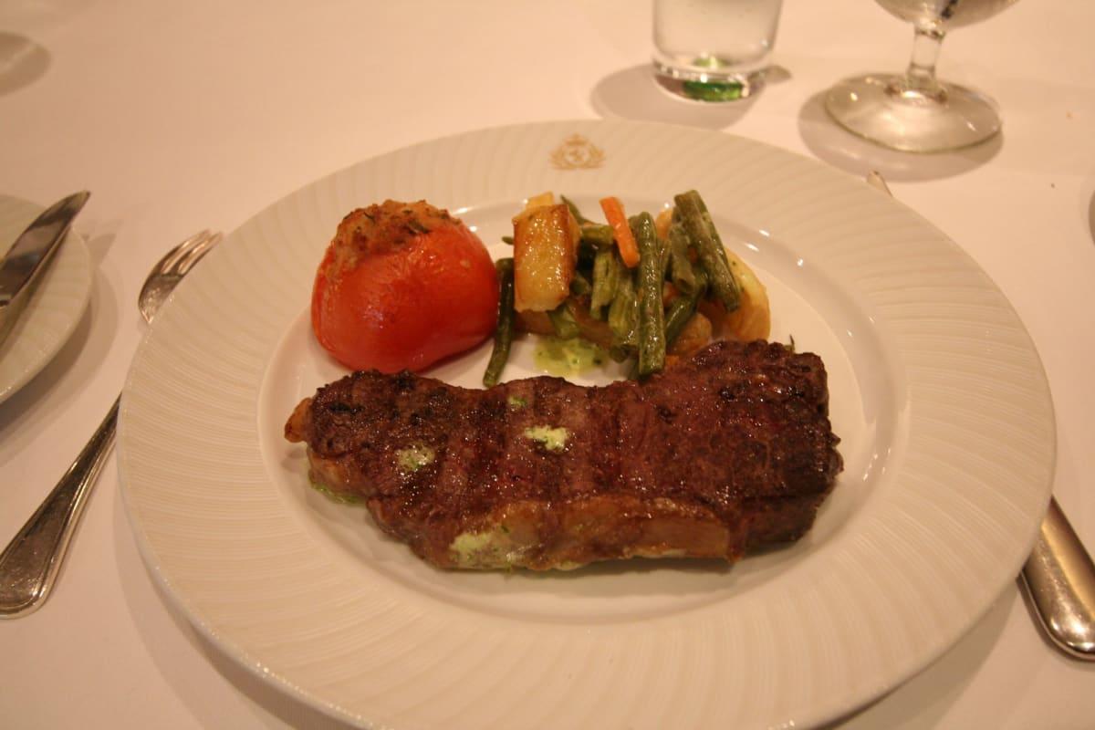 モーレタニア・レストランでのステーキ | 客船クイーン・エリザベス 2のダイニング、フード&ドリンク