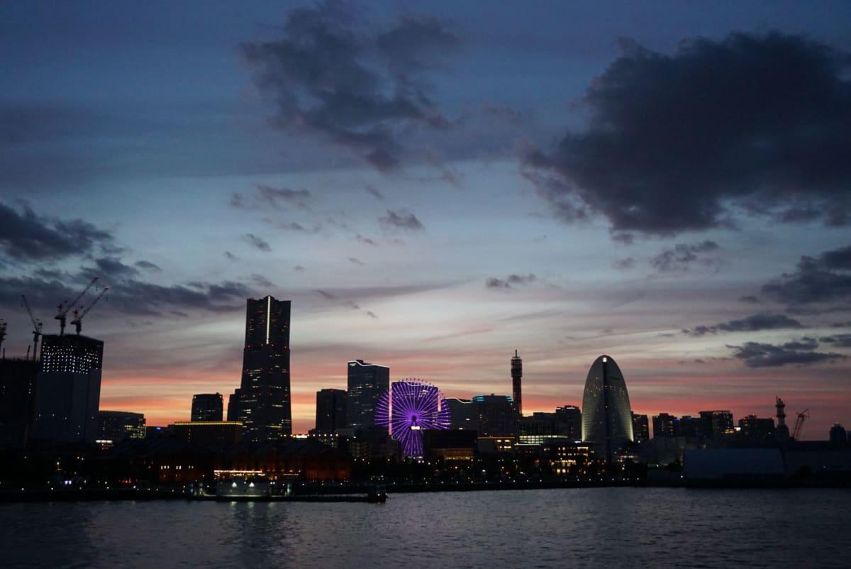 乗船は3時間遅れ。 でもこの美しい横浜の夕焼けを見ることが出来ました。   横浜