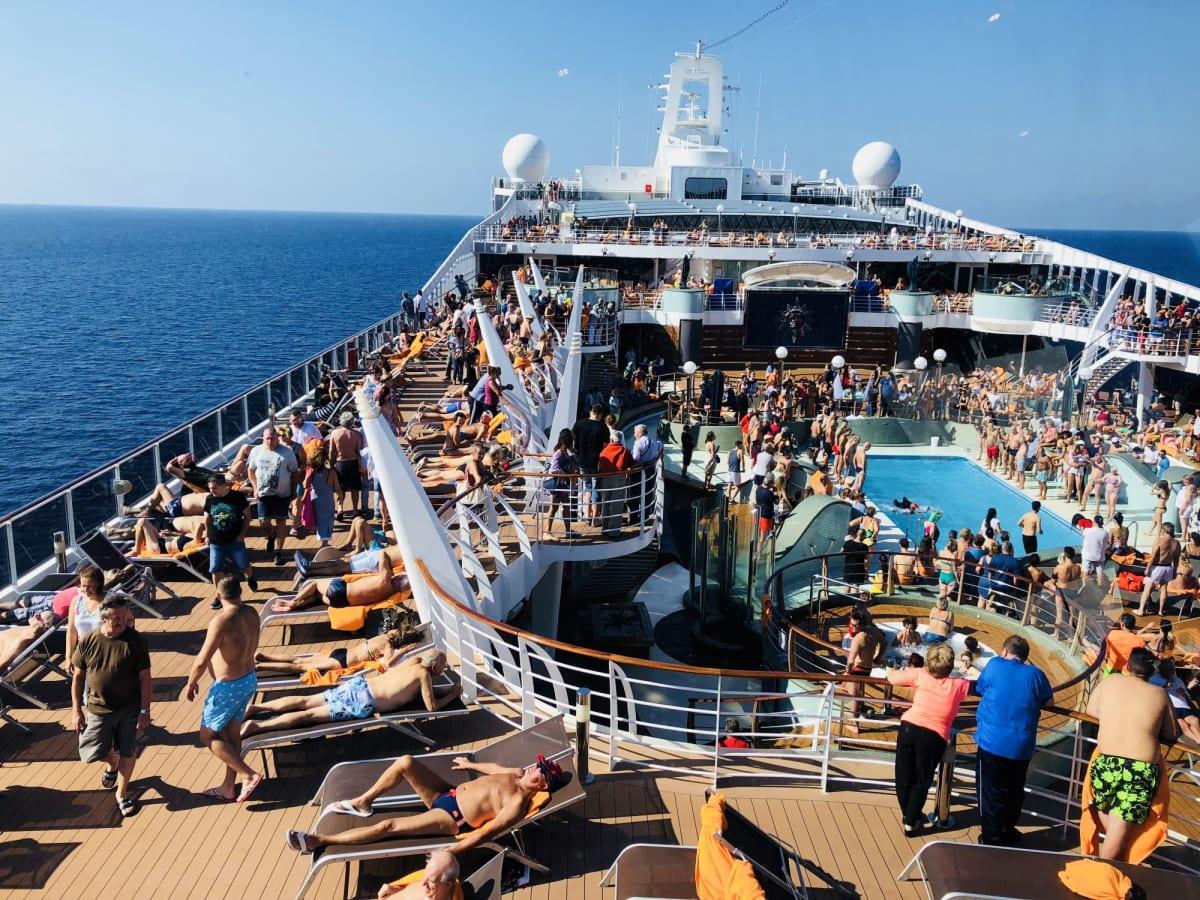 デッキはいつも人がいっぱい   客船MSCプレチオーサの乗客、船内施設