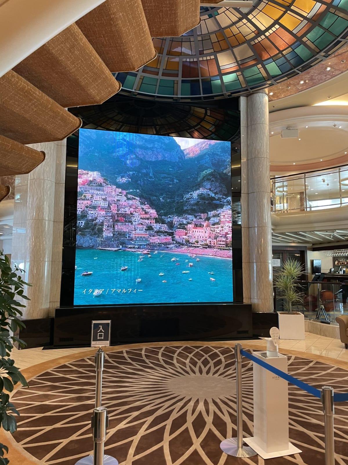 飛鳥プラザに設置された大きなLEDスクリーンにはさまざまな動画が表示されています。
