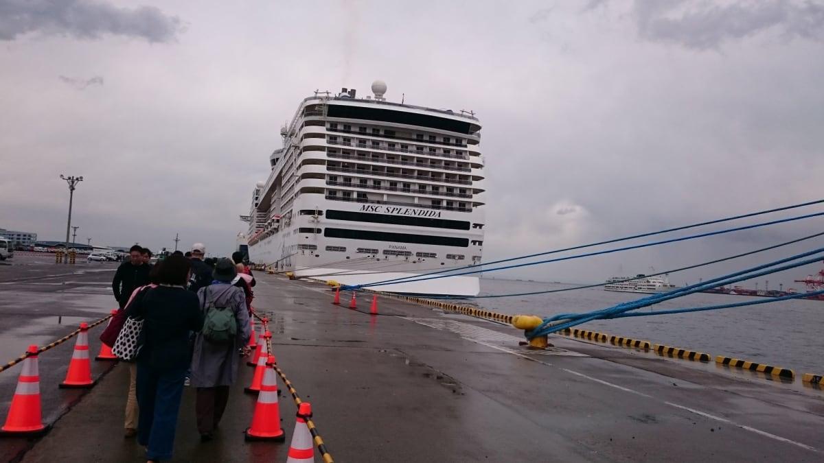 山下埠頭で待たされ、大黒ふ頭で待たされ、やっとこさチェックイン。歩いて船へ向かいます。 | 横浜での客船MSCスプレンディダ