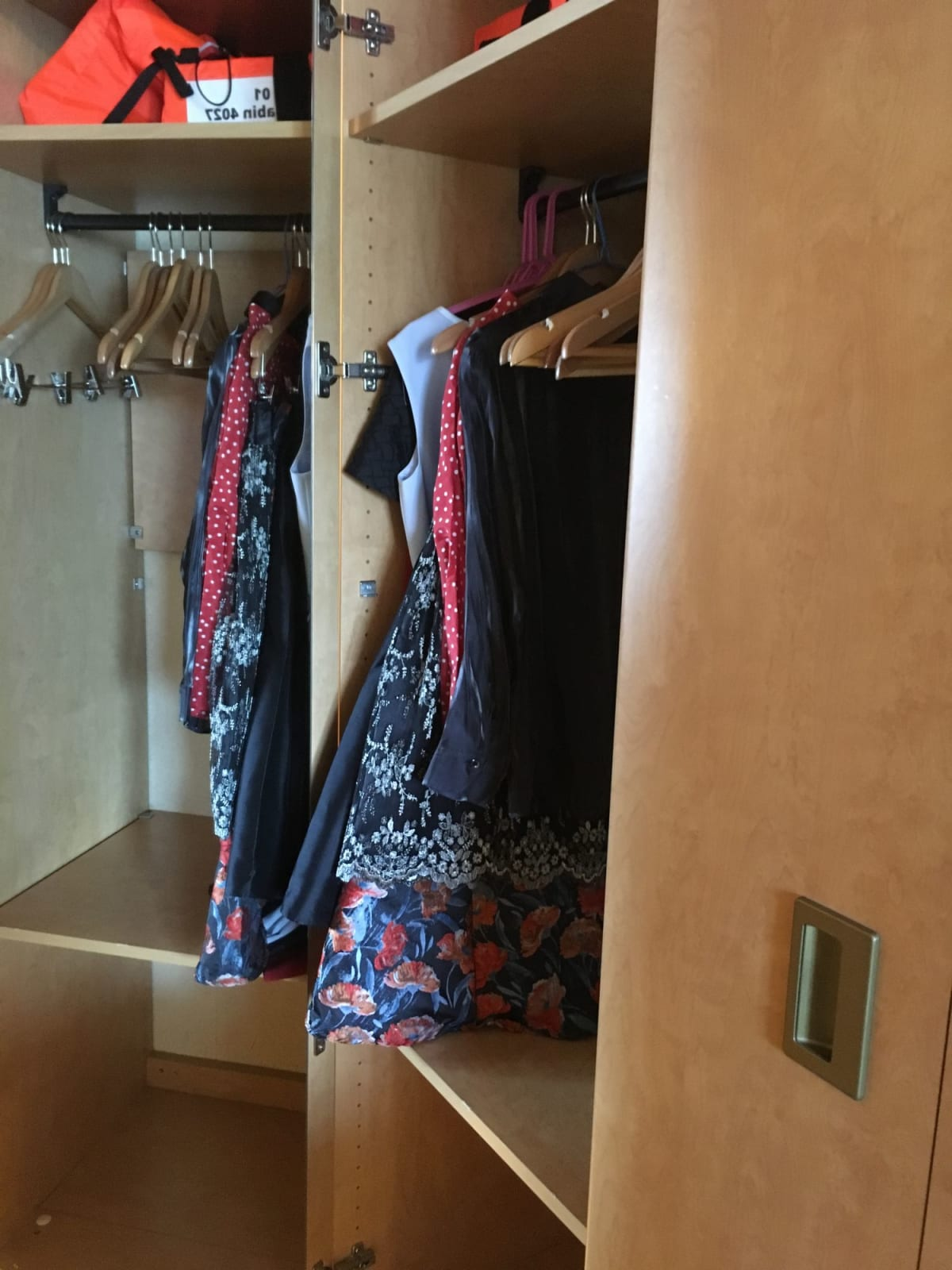 クローゼットの棚板は外すこともできます。   客船ウエステルダムの客室