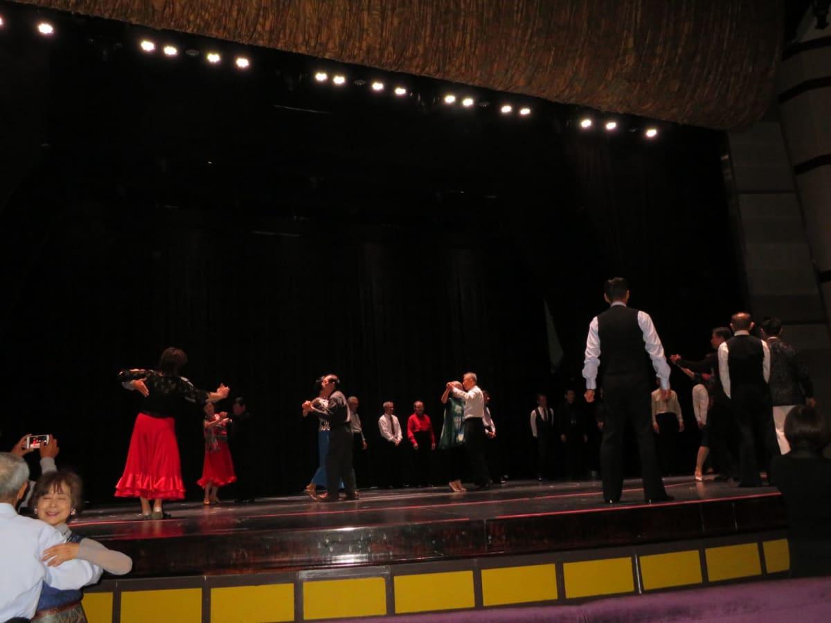 ダンスレッスンは普段なら上がれないザ・シアターの舞台やスカイラウンジのステージで開催 | 客船セレブリティ・ミレニアムのアクティビティ、船内施設