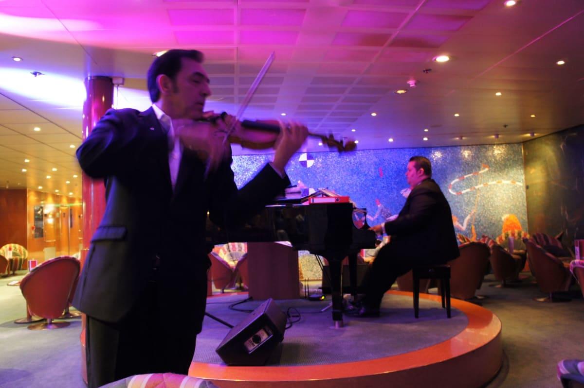 ピアノとバイオリンのデュオ 毎晩通い詰めるほどお気に入りとなりました   客船コスタ・ビクトリアのアクティビティ、船内施設