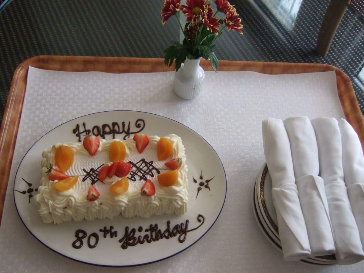 間違って部屋に届いたバースデーケーキ | 客船ロッテルダムの客室、フード&ドリンク