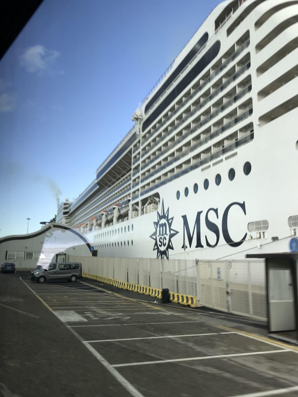 乗船前。 大きすぎて全体が収まりません(^_^; | 客船MSCシービューの外観