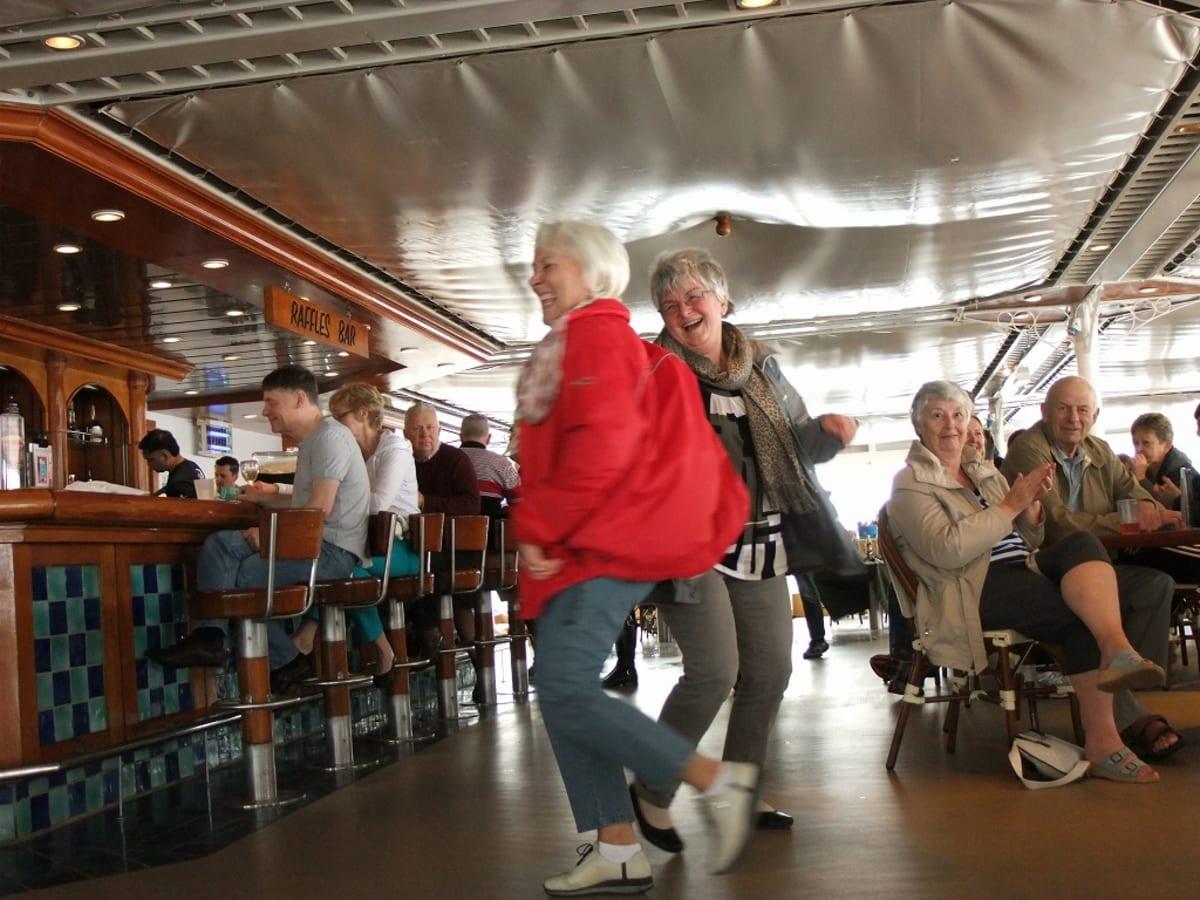 ダンスを愉しむ人達も | 客船ノルウェージャン・スピリットの乗客、アクティビティ、船内施設
