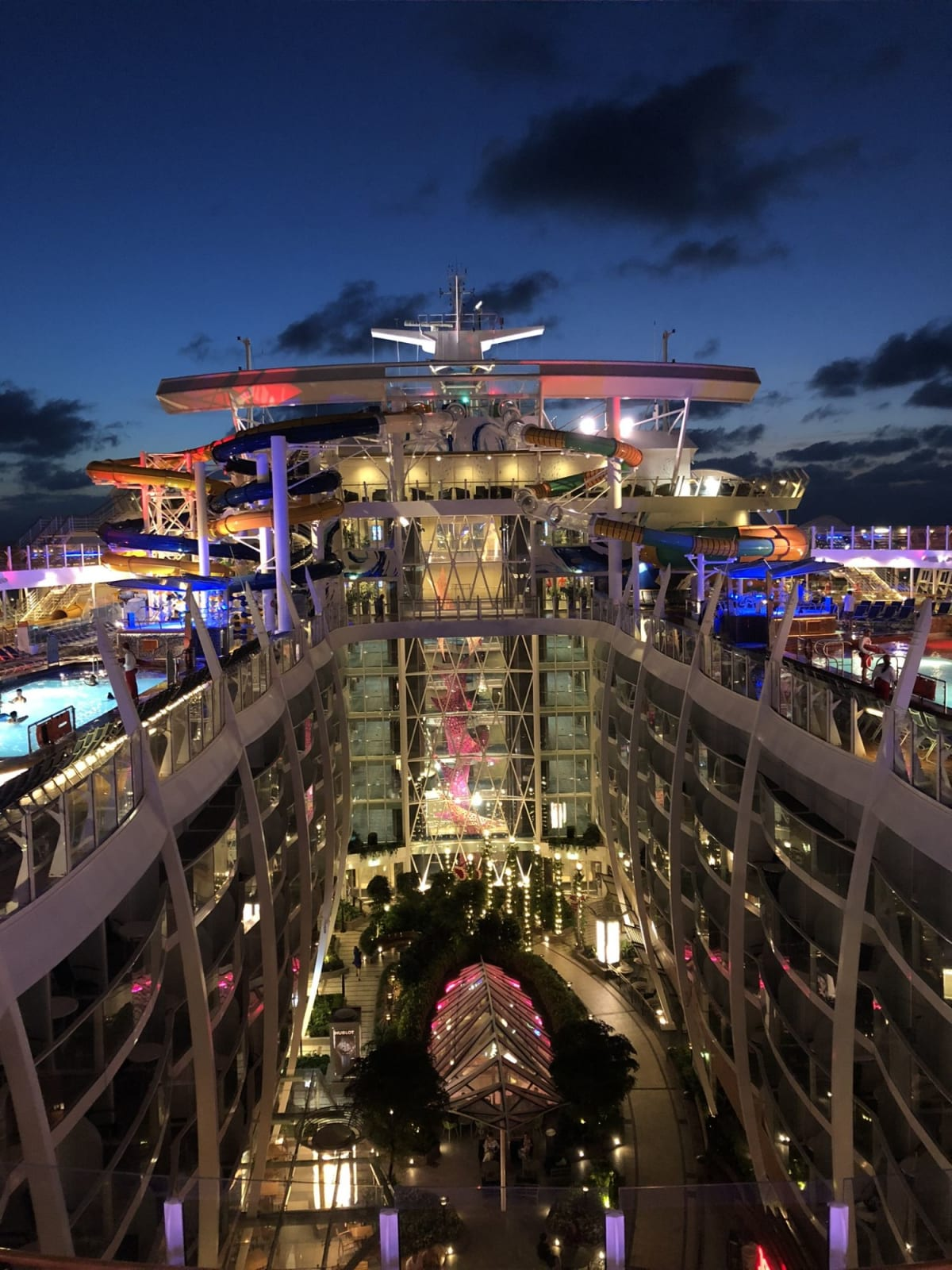 夜の船は、また雰囲気が変わります。   客船ハーモニー・オブ・ザ・シーズの外観、船内施設